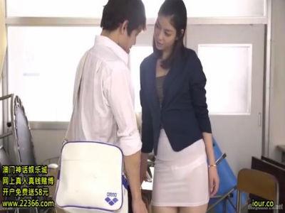 「先生のどこを見て変な気持ちになったの?」下着が透ける白いタイトミニを穿いて生徒を誘惑する女教師 卯水咲流