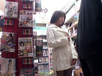 AV販売店の監視カメラに映っていた痴女の動画!店内を歩き回って男を物色し誘惑する模様…