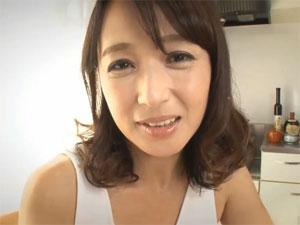 家政婦熟女が言葉責め妄想手コキ 安野由美