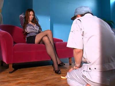 下着ドロボウを捕まえて監禁して性的なペットにしてる美人お姉さま 鈴木杏里