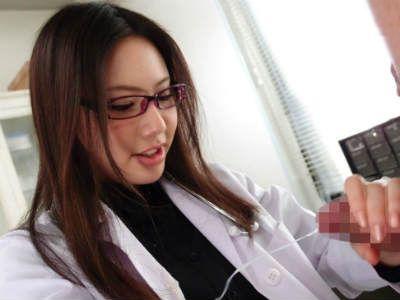 メガネの女医の足コキとフェラで暴発して服に精子ぶっかけちゃいました 市川まほ