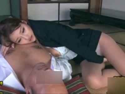 旦那の父親に一目惚れ、ソレが旦那と結婚した理由の人妻。旦那が居なくなるとスグにセックスし始める2人の背徳セックス動画。