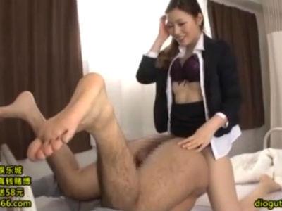 保健室で生徒に痴女セックスを強要するタイトスカートの女教師 舞島あかり