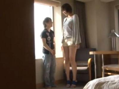 ショートヘアの大きいお姉さんとチビ男の身長差セックス 青山沙希
