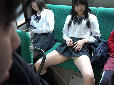 通勤途中で足を広げてパンティを見せてくる可愛い女子校生 なつめ愛莉