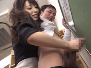 寸止め手コキ実習!巨乳痴女教師が童貞生徒をおっぱい密着しながら背後から扱いて連続射精させる!桜井彩