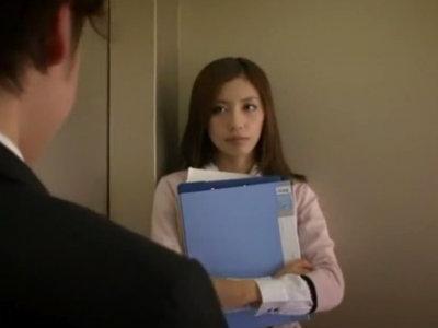エレベーターが止まり居合わせた同期の男を痴女る美人秘書課のOL 横山美雪