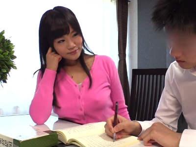 息子の友達(童貞)に勉強を教えるフリをして誘惑するノーブラママ 春海紗奈