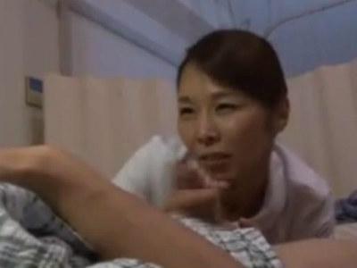 夜勤のおばさんナースの下着が透けてて勃起してしまったら積極的にフェラしてきた