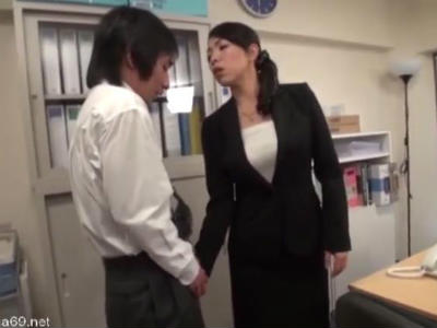 Sな女上司はムレムレのパンストでM男性社員を逆セクハラ 進藤由紀乃
