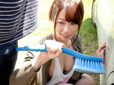友達とその彼女と洗車場。友達に惚れてる彼女は彼氏隠れてこっそりと誘惑し始める。