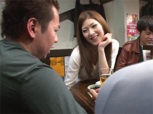 隣に座る女性客にシコシコされ絶体絶命の既婚男性w 小野紗里奈