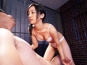 淫語を囁きながら目隠し拘束M男を寸止め乳首舐め手コキでイジメる痴女娘 辻本杏