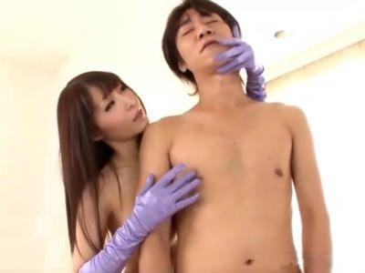 美乳お姉さんが全裸にサテン手袋だけを装着してM男を卑猥にに手コキ 愛実れい
