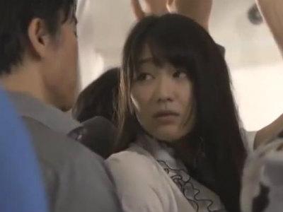 痴漢された時の快感が忘れられない人妻は期待を胸にまた電車へ 西野翔