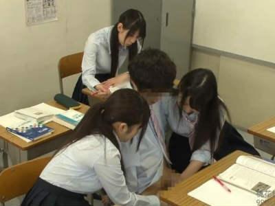授業中なのに両隣の女子から手コキされるボク