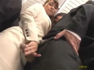部下の勃起チンポをシコシコして立ったまま股間を擦り付ける痴女上司