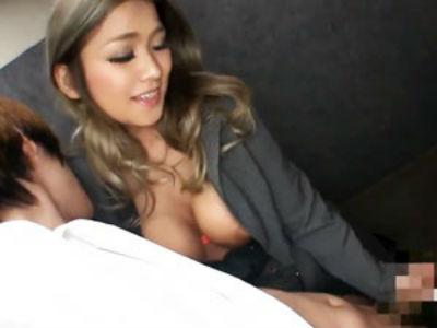 「イッちゃダメだよ?」エレベーター内でM男を逆痴漢手コキして暴発させる巨乳痴女社長