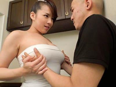 着衣巨乳でたまらないボディのお姉さん 三島奈津子
