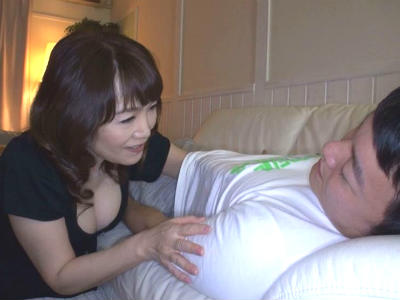 上司の奥さんに逆夜這いされてチンポをしゃぶられた若い男性社員