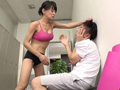 ヨガ教室でレッスン中にいやらしい視線で女性を見る男にお仕置き