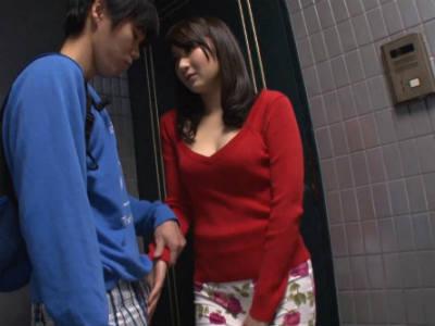 息子の友達のショタチンポに夢中な人妻がマンションの玄関でエロ行為 葵千恵
