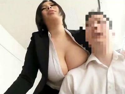 『勤務中に何考えてるの?』会社内の巨乳女上司がオッパイを押し付け部下に迫る