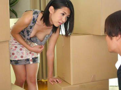 先輩の引越しの手伝いをしたらノーブラの奥さんから痴女られた 若葉加奈
