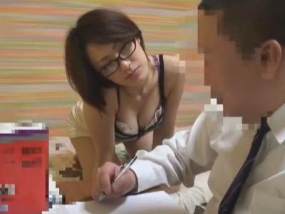 「女の子の体触ったことある?」生徒を誘惑する胸チラミニスカ家庭教師