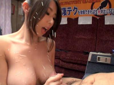 素人男性を逆ナンパして見つめながら手コキして責めちゃう巨乳お姉さん 篠田あゆみ