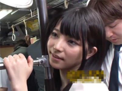 バスでリーマンのチンポを手コキする痴女 上原亜衣