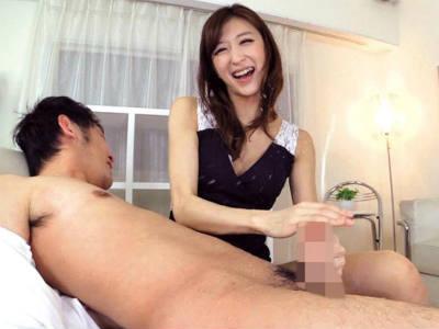 凄テクで男の潮吹き!セクシーお姉さんがチンポをしゃぶてしごいて亀頭をコネコネ