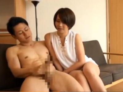 目の前で裸の男がオナニーをするのを見て我慢できなくなる人妻たち