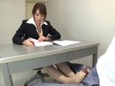 留置場で胸チラしながら足コキで射精させる女弁護士 眞木あずさ