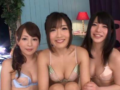 美人痴女お姉さん三人組にチ○コを弄られオナニーを見せつけられる男性が大量の潮吹きを浴びさせられる