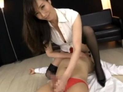 暴発射精してしまったM男をそのまま手コキで男汁スプラッシュさせる熟女 澤村レイコ
