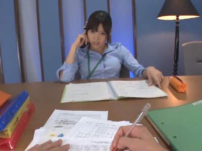 「仕事しなさいって言ってるでしょ?」机の下でパンスト美脚でチンポを踏んで刺激しながら意地悪する美人OL 葵つかさ