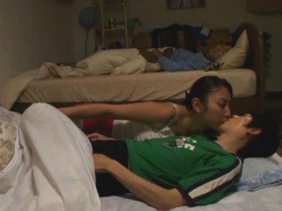 「おばさんとチューするの好き?」泊まりに来た息子の友達を逆夜這いする巨乳ママ 本真ゆり