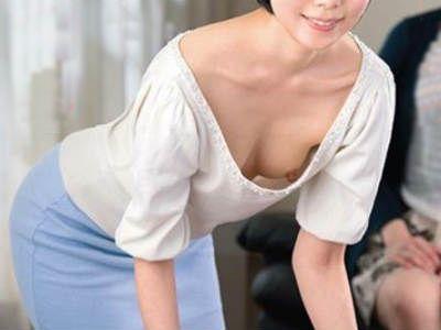 彼女の美人なママの大人のフェロモンと色気と胸チラで誘惑される若い彼氏 櫻井菜々子