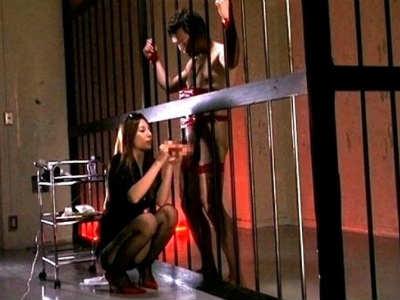 牢獄に拘束され焦らされて両手でねじり手コキされて精液垂れ流すM男 鈴木杏里