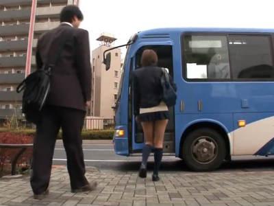 通勤バスでTバックの尻を丸出しにしてサラリーマンを誘惑して逆痴漢する変態jk