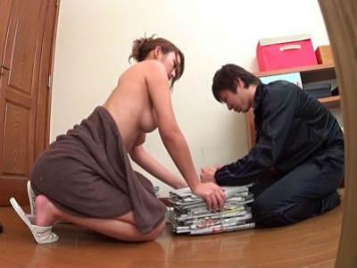 風呂上がりを装い若妻がポロリ「堅くなってる♡」バイト君にオイル塗らせ誘惑⇒浮気セックスを隠し撮り