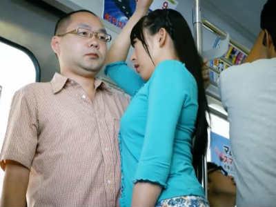 満員電車の中で異様に近づいて来てベロチューしながら手コキして逆痴漢するお姉さん