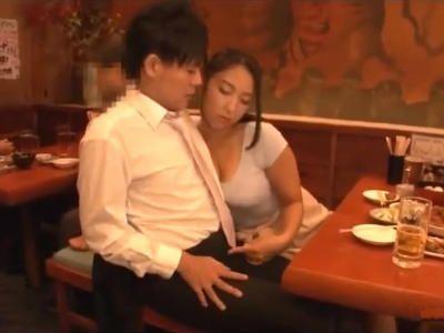 「おっぱい触ったら硬くなるんだ?」酔った女上司がエロモードになって誘惑して来た
