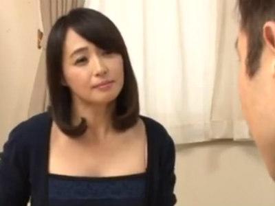 清楚で美人な友達のお母さんは危険日になるとちんぽが欲しくてたまらなくなる 安野由美