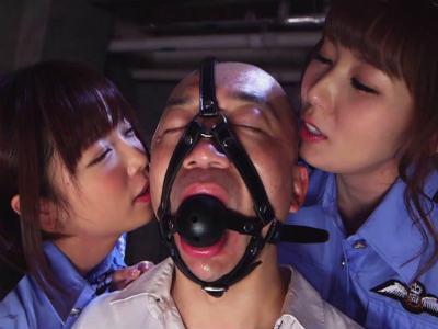 「みんなには見せられないですよね?」婦人警官2人が上司のM男をいやらしく責めるハーレム3P 紗倉まな 波多野結衣