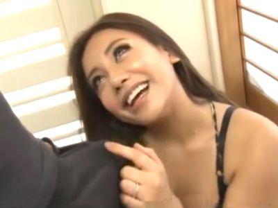 隣の欲求不満そうな巨乳ギャルママはやっぱり見た目通りのビッチでした 松本メイ