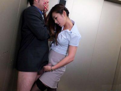 エレベーターの中で逆レイプする美人痴女OL 初音みのり