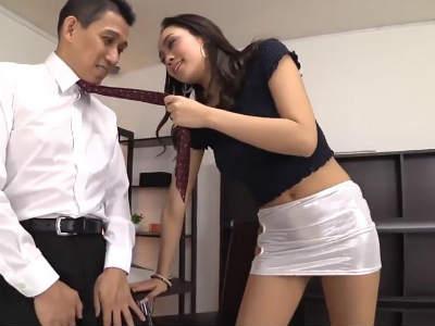 黒ギャルOLは超ミニスカートでM男性社員を誘惑痴女行為 藤本紫媛