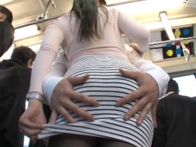 タイトスカート履いたムチムチOLがバスでお尻を押し付け痴漢を誘う